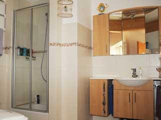 Die Ferienwohung hat ein Bad mit Dusche